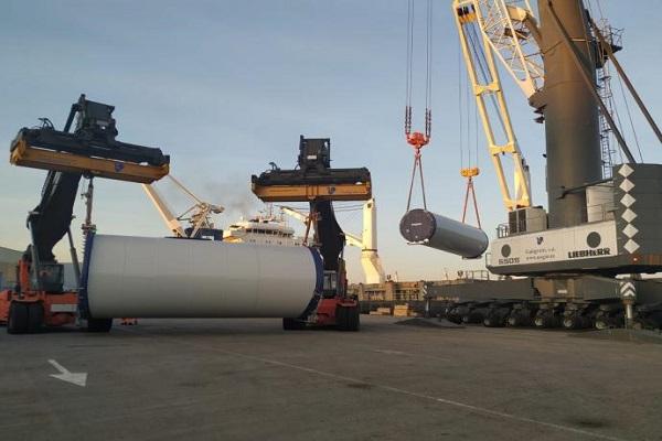 El puerto de Marín opera una doble operativa de eólicos y contenedores