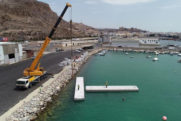 El puerto de Almería coloca dos pantalanes en el nuevo fondadero pesquero