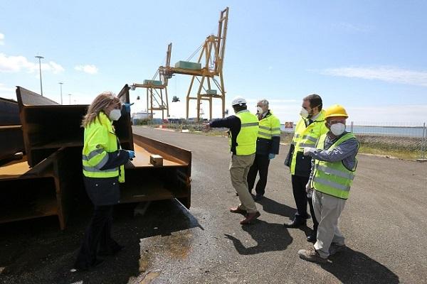 El puerto de Huelva instala la estructura de tablestacas en Muelle Sur
