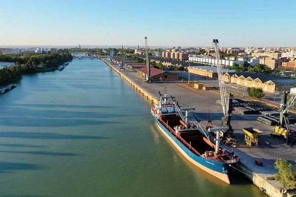 El puerto de Sevilla bajará las tasas de mercancías para 2021