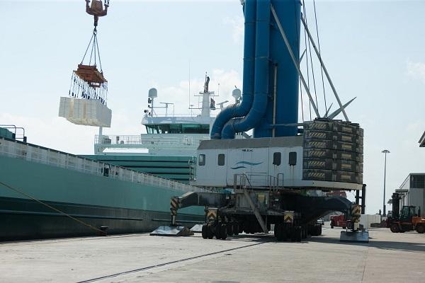 El puerto de Tarragona recibe la descarga de 31.000 toneladas de papel