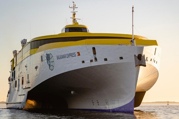 El trimarán Bajamar Express integra tecnología que disminuye las emisiones al medioambiente