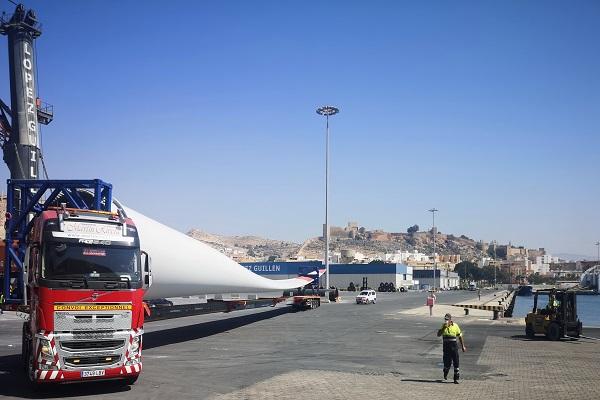 La Autoridad Portuaria de Almería acoge un envío de palas eólicas