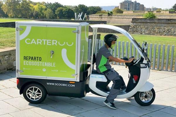 Correos Express estrena su nueva motocargo eléctrica en Pamplona