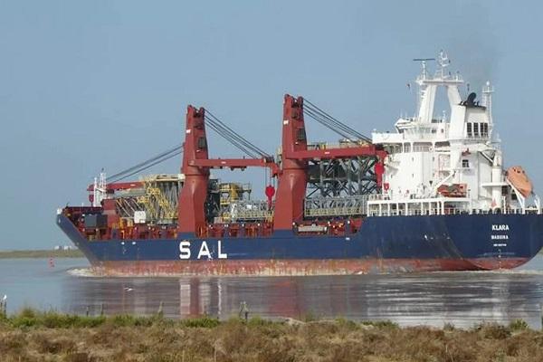 El puerto de Sevilla gestiona la carga especial de una estructura metálica