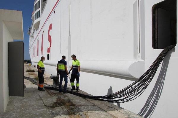 El puerto de Motril realiza la primera conexión a su red eléctrica