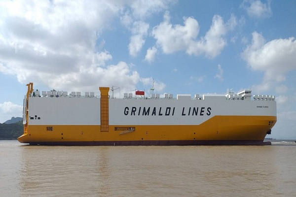 Grimaldi cuenta con nuevo buque ro-ro híbrido y portacoches