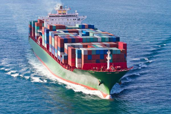 barco de carga en alta mar