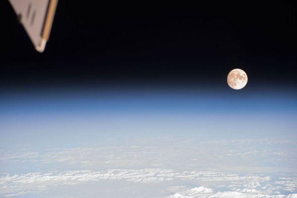 red celular en la luna