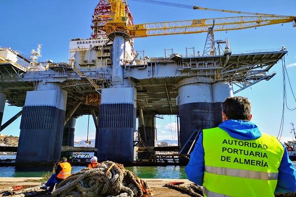 El Puerto de Almería despide a la plataforma petrolífera Ocean Confidence
