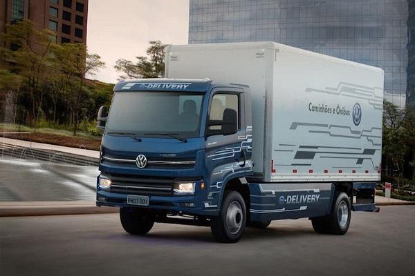 El Grupo Volkswagen ha creado una cadena de suministro sostenible para el reparto de baterías, pertenecientes a dos modelos de sus vehículos eléctricos. Las operaciones de envío se realizan desde la planta de Zwickau, pasando por Brunswick hasta la factoría de Sajonia. La cadena se ha diseñado pensando en mejorar la sostenibilidad, por lo que utiliza vehículos menos contaminantes y un sistema automatizado para descargar las baterías de trenes entrantes. Gracias a estas medidas, la compañía espera disminuir las emisiones de dióxido de carbono en unas 11.000 toneladas al año. A la hora de proporcionar las baterías desde las instalaciones del proveedor en Wroclaw, el trayecto se realiza por ferrocarril, en trenes gestionados por DB Cargo con electricidad de fuentes renovables, hasta llegar a la planta de la compañía en Brunswick. Una vez allí, las baterías se bajan de forma automática y se vuelven a unir para cargarse en convoyes en un proceso automatizado, siendo enviados a Zwickau con trenes que circulan a base de energía eléctrica de fuentes renovables. Respecto al último tramo de la cadena entre la estación de carga y descarga en Harvesse y la fábrica en Brunswick, los contenedores de envío se cargan encamiones eléctricos. Cabe destacar que, los sistemas de carga y descarga de Zwickau y Brunswick son capaces de vaciar y volver a cargar el tren en unas cinco horascon un gran nivel de automatización. La electricidad se ha presentado como la solución perfecta a la hora de reducir la contaminación en el sector logístico. No obstante, existen otras fuentes que también aportan beneficios. Por ejemplo,Hyundaiha avanzado en la producción de camiones propulsados por hidrógeno, al entregar un total de siete camiones a clientes deSuiza.