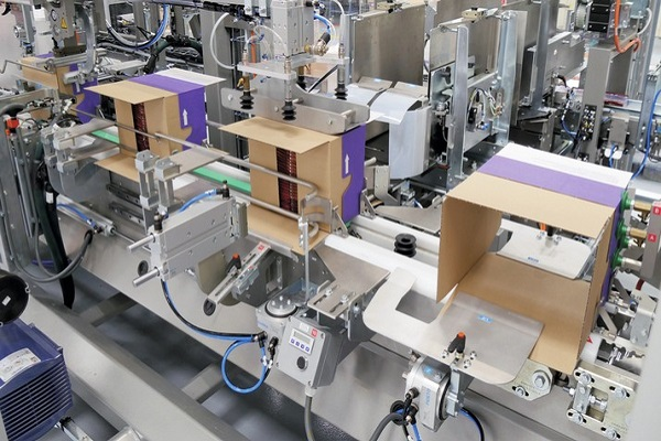 Sidel mejora su gama de empacado envolvente WB manipulando cajas americanas