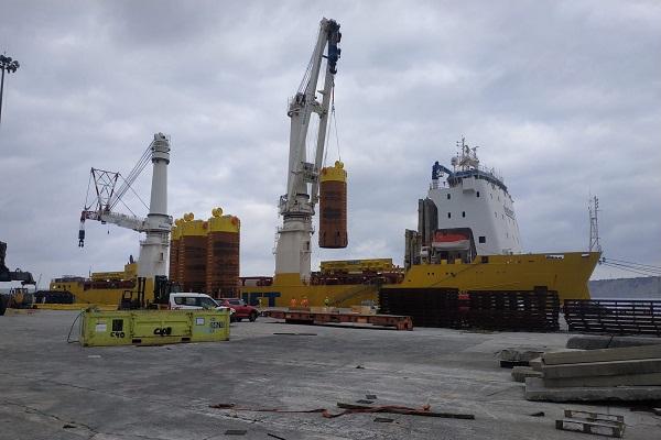 El Puerto de Bilbao ejecuta la carga de anclas de succión offshore