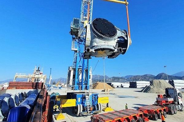 El Puerto de Motril recibe por primera vez una carga de aerogeneradores