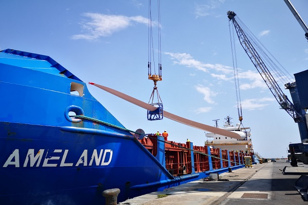 palas de aerogeneradores en el puerto de Almería