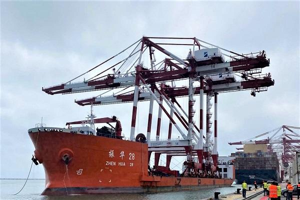 El Puerto de Barcelona recibe dos nuevas grúas en la terminal Best