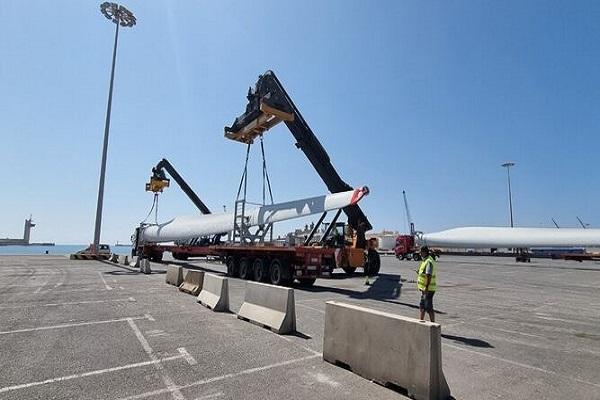 El Puerto de Almería retoma el envío de palas eólicas a Alemania