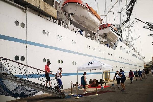 El crucero Wind Surf vuelve a escalar en el Puerto de Almería