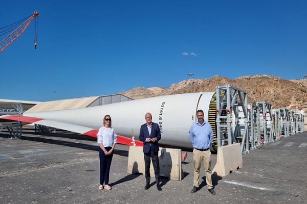 El Puerto de Almería vuelve a embarcar palas eólicas hacia Alemania