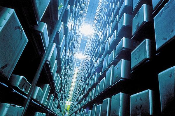 La solución basada en AutoStore dispondrá de 60.000 contenedores para stock y de una flota de 53 robots encargados de recoger los contenedores con los artículos solicitados y entregarlos en una de las 12 estaciones de trabajo implementadas. En estas estaciones de trabajo, un operario se encargará de recopilar los productos para completar los pedidos.